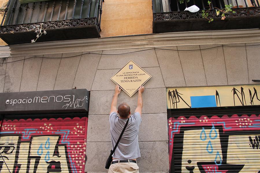 """""""Plaza Solución"""", 2011. Intervención urbana realizada en co-autoría con el artista Andrés Senra. 24 impresiones sobre dibond: 72 x 72 cm"""