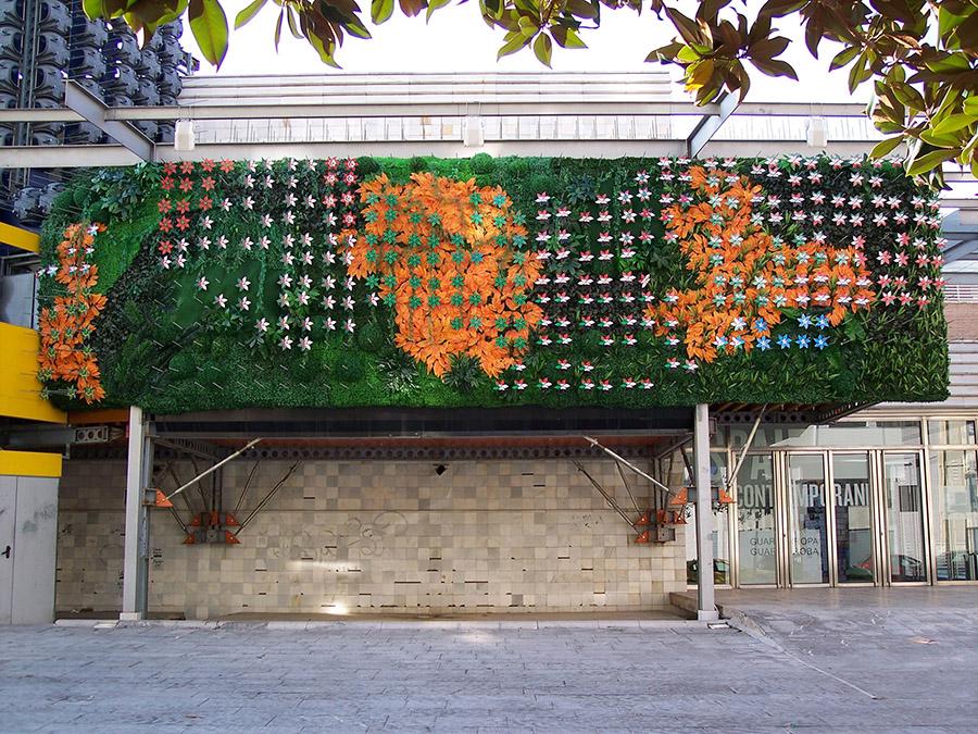 """""""Primavera árabe"""", 2011. Intervención sobre la fachada del EACC de Castelló. Jardín vertical artificial: vegetación sintética y 300 flores-bandera impresas sobre foan. 3,40 x 12 m"""