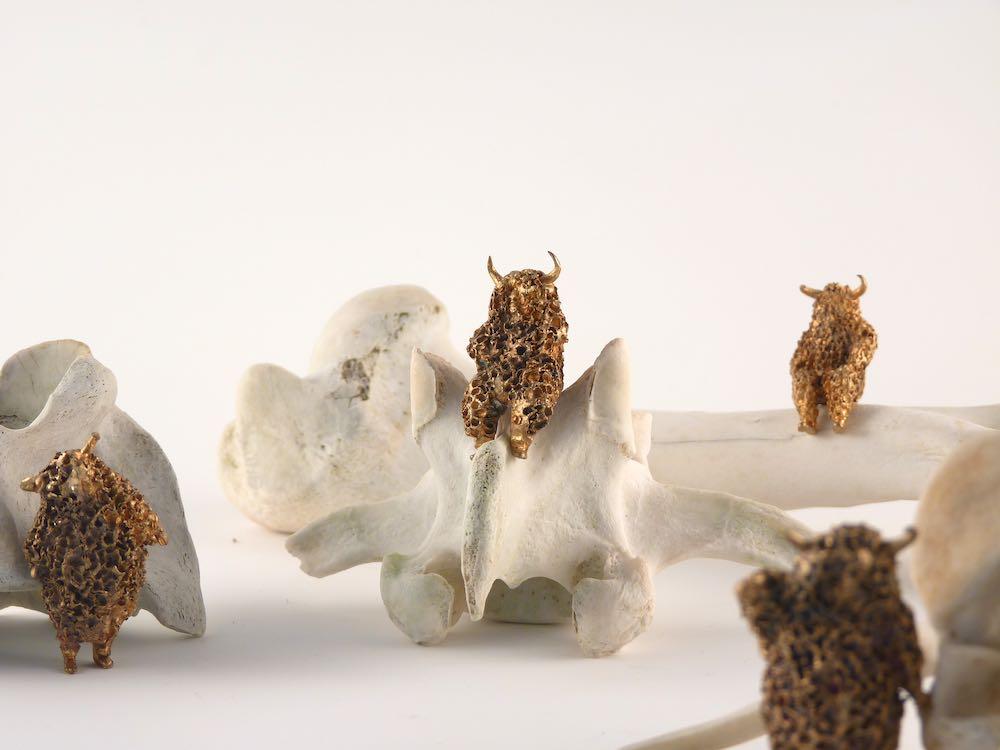"""Laura Salguero. """"Carne levare"""", 2012-2014. Esculturas de bronce y hueso de animal. 50 x 50 x 40 cm (aprox.) cada grupo"""