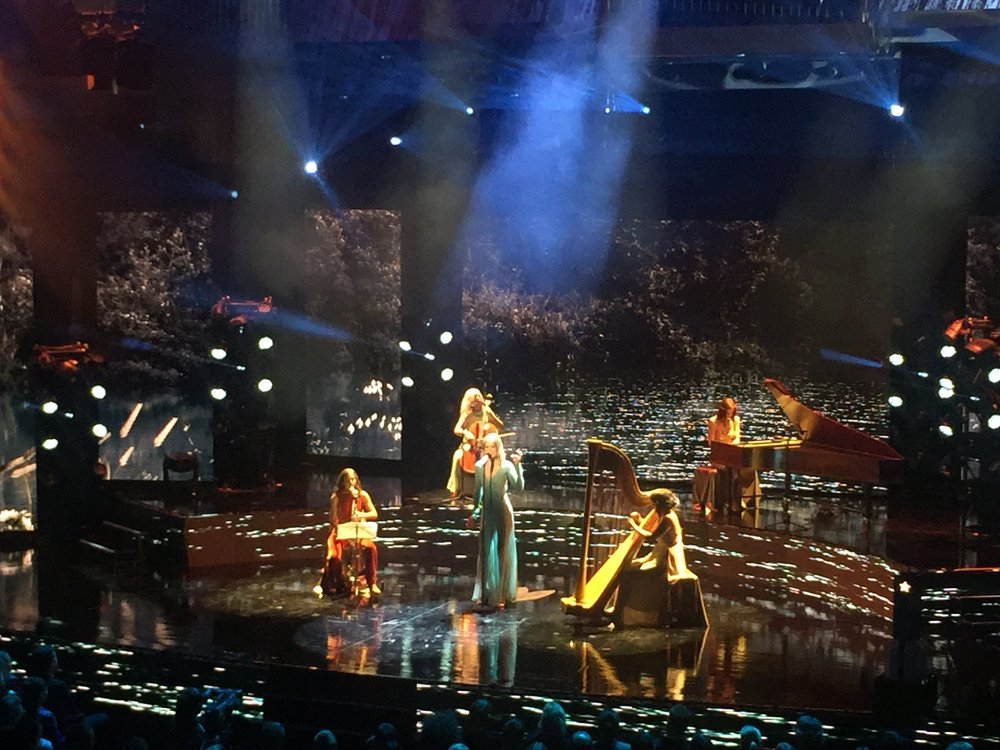 """Frida Hyvönen blev dubbelt prisad på Grammisgalan 2017, där hon också uppträde live med låten """"Sjön""""."""