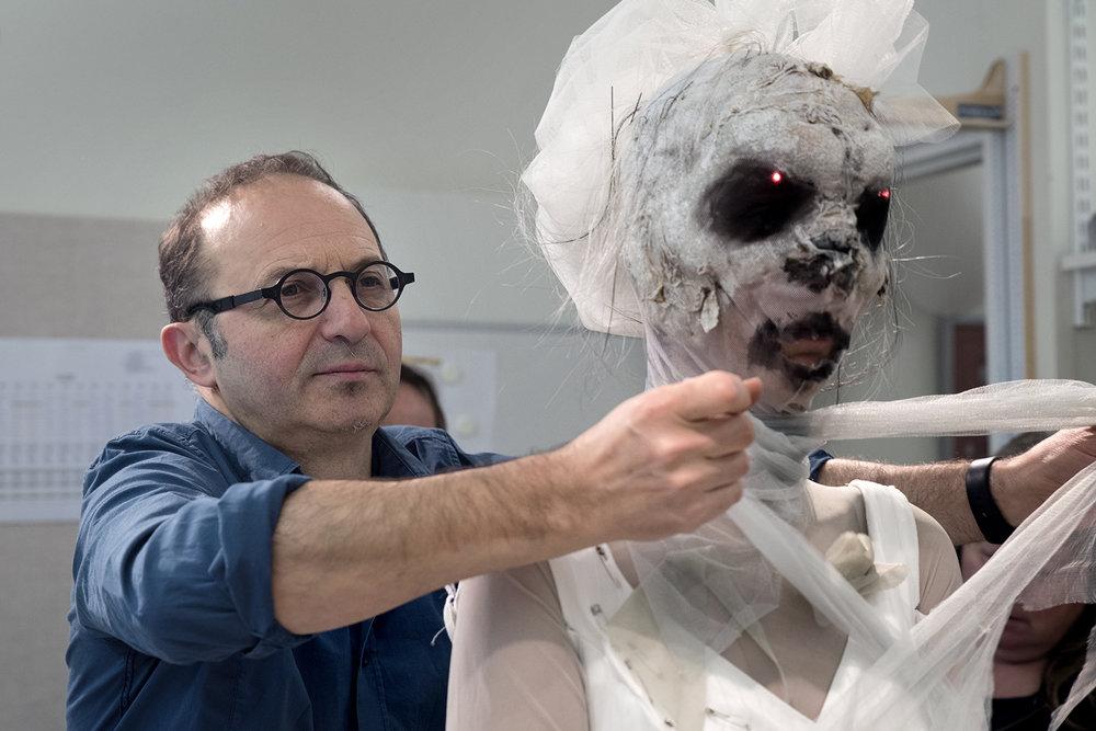 """Scenograf Dan Potra i förberedelserna av """"Dracula"""" på Kungliga Operan i Stockholm."""