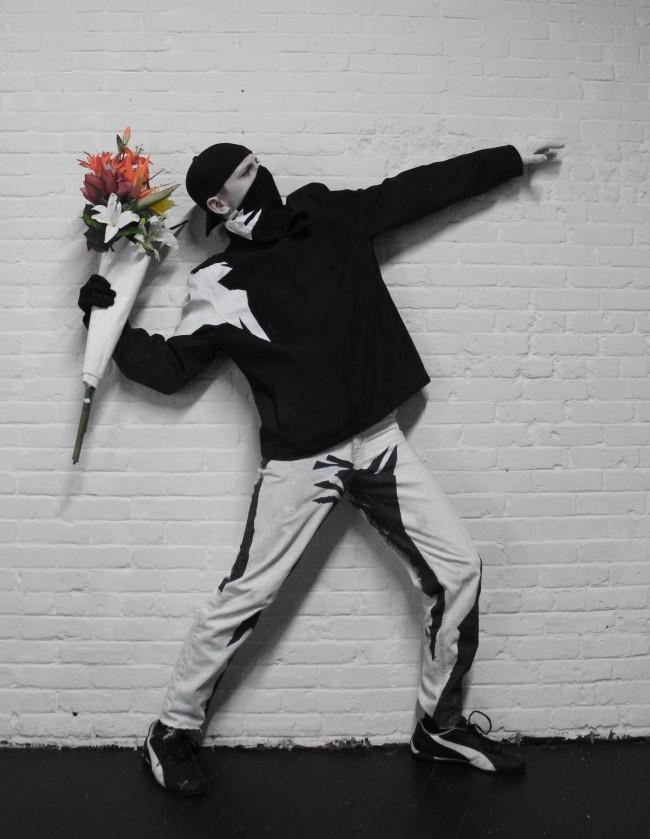 แต่งเป็นมนุษย์มนาจนเบื่อ ลองแต่งเป็นภาพGraffitiชื่อดังของBanksy.. สวมหมวกแก๊ปย้อนหลัง แต่งชุดขาวดำ ถือดอกไม้สีๆไว้ในมือ ..ยืนข้างๆกำแพง เนียนเชียว