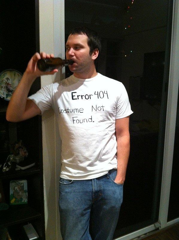 """ขี้เกียจแต่ง แต่อยากแจมเทศกาลกะเค้า แค่  หยิบเสื้อยืดขาวออกจากตู้ ใช้ปากกา เขียนไปโง่ๆ """"Error 404"""" กายใจพร้อม ชุดยังไม่พร้อม ก็เท่ไปอีกแบบ 👍"""