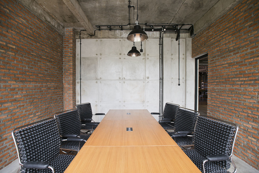Meeting Room   Board table, HD projector, and soundproof space to ensure a private and productive meeting