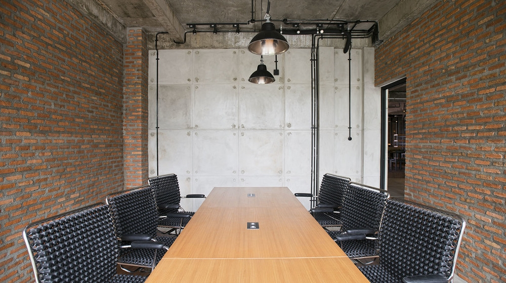CONFERENCE ROOM   Board table, HD Projector, and soundproof space to ensure a private and productive meeting.