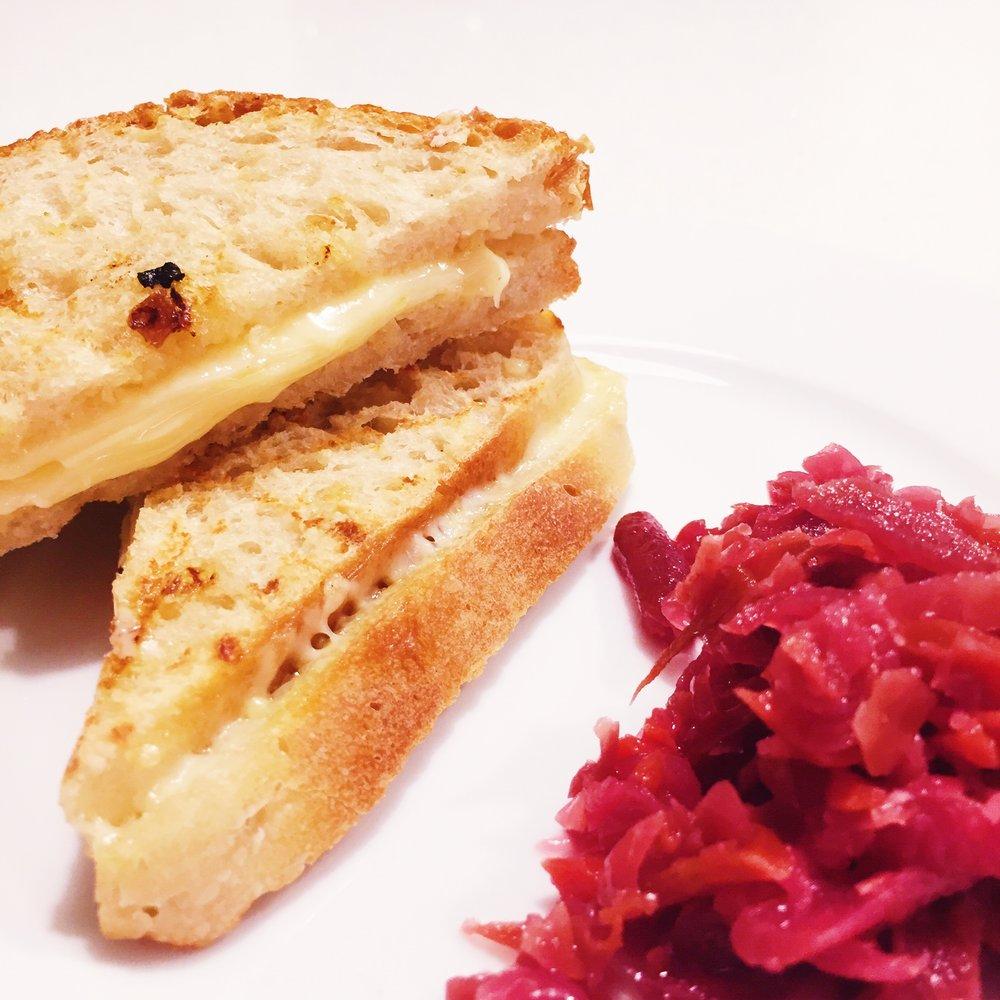 Surdeigsbrød servert med fermentert kål.