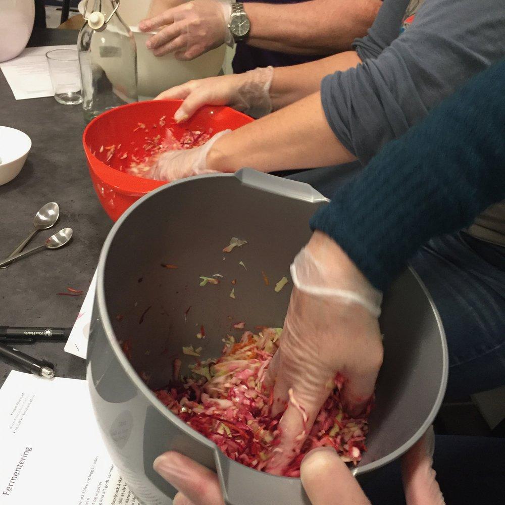 deltagere på kurs lager fermentert kål for å ta med hjem.