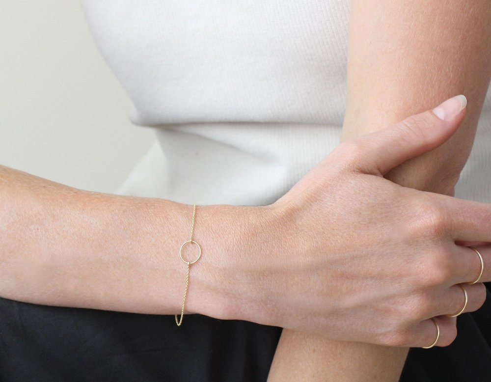 Delicate Rose Gold Circle Bracelet by Vrai & Oro // Handcrafted Jewelry Brands For The Minimalist