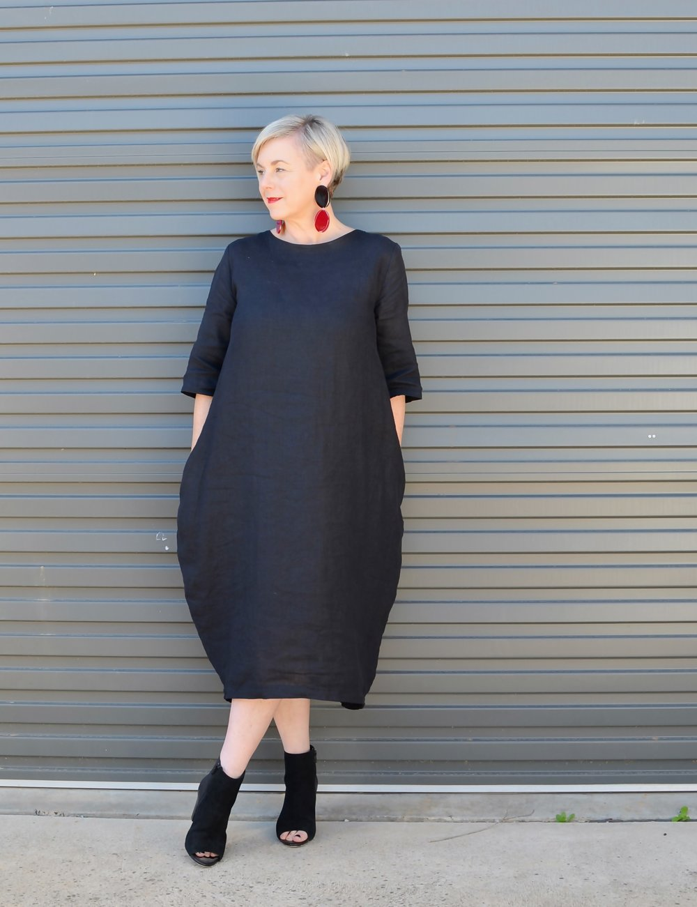 All black with a pop of red minimalist chic outfit // A Week Of Elevated Classic Outfits With Deborah Gates From Stylish Murmurs on The Good Trade