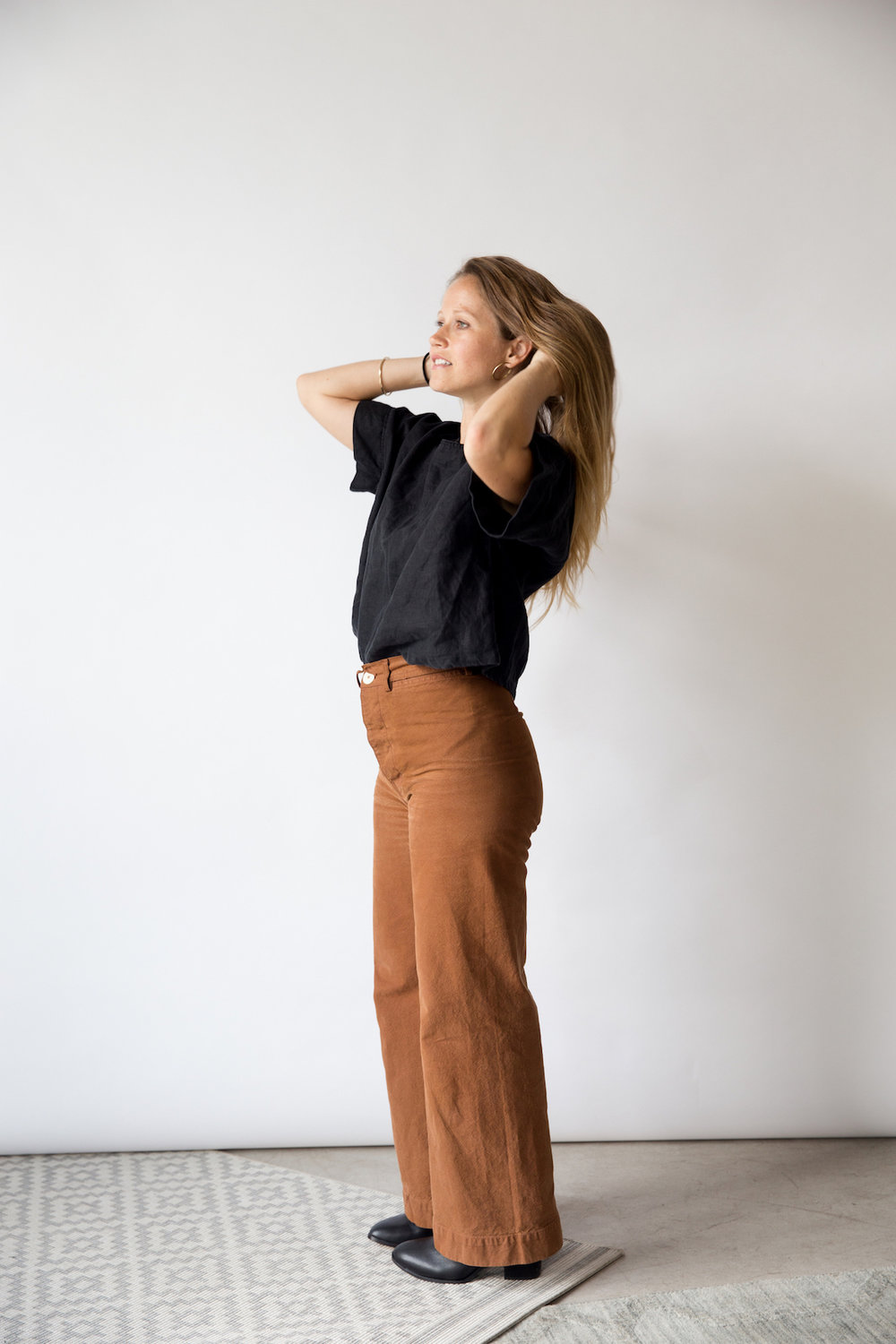 Simple black and brown outfit // A Week Of Tried-And-True Wardrobe Staples With Zoe Cleary, Founder Of Nisolo on The Good Trade