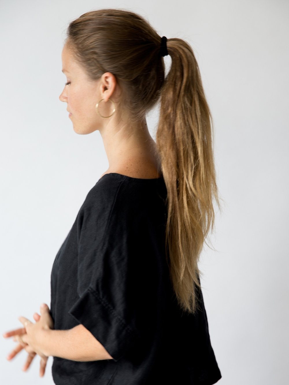 Simple ponytail and hoop earrings // A Week Of Tried-And-True Wardrobe Staples With Zoe Cleary, Founder Of Nisolo on The Good Trade