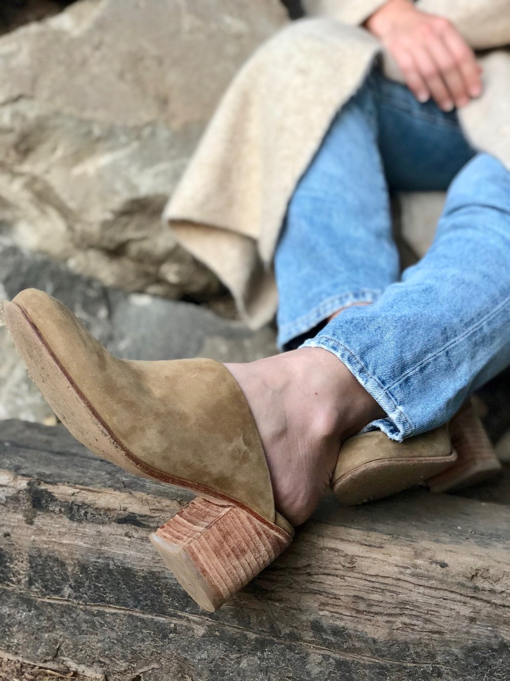 Nisolo Mules for everyday shoes // A Week Of Tried-And-True Wardrobe Staples With Zoe Cleary, Founder Of Nisolo on The Good Trade