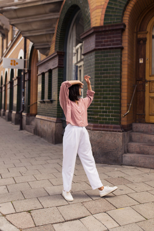 Fall Outfit Inspiration From Sustainable Fashion Bloggers - Kim Goes Eko in white pants for autumn