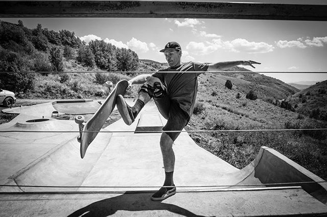 @trev_brady planting a hoof @thefreedomfrontier  #fieldofdreams #noservicenoproblem #blackandwhite #skateboarding