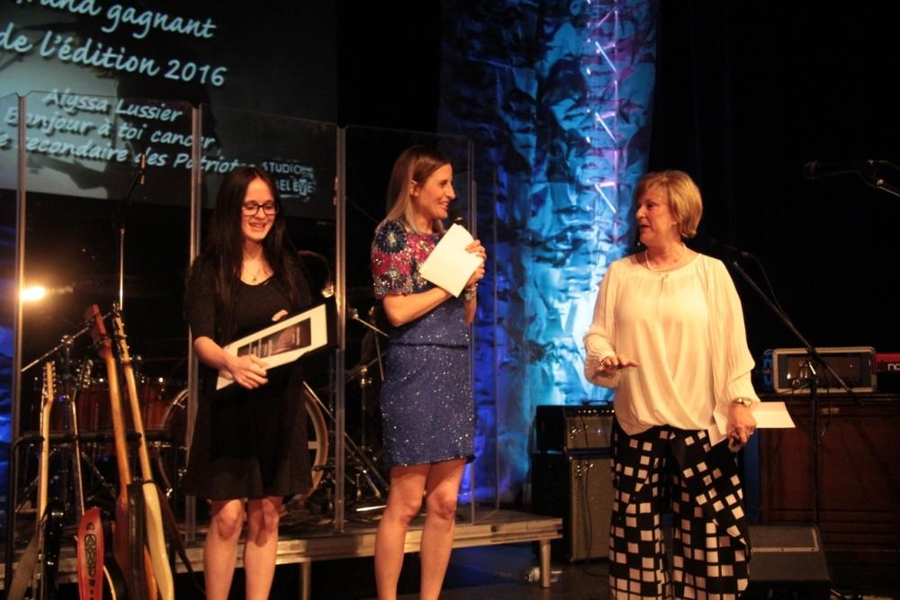 """Alyssa Lussier, de l'école secondaire des Patriotes, auteure et interprète du texte """"Bonjour à toi cancer"""" Coup de coeur de Claudette Dion et grande gagnante de l'édition 2016."""