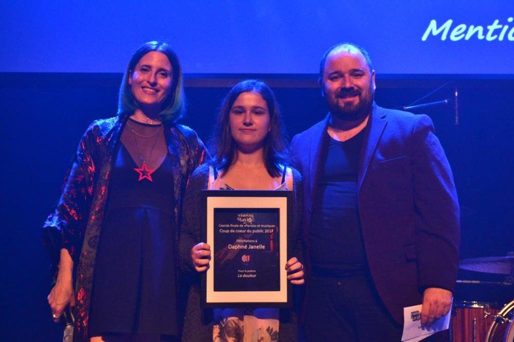 Daphné Janelle, auteure du texte La douleur, prix remis par Alexandre Mensi de Mango software