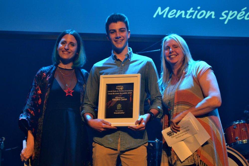Vincent Caron, auteur du texte Grandmother, prix remis par Judith Bisaillon, enseignante à la Polyvalente Deux-Montagnes