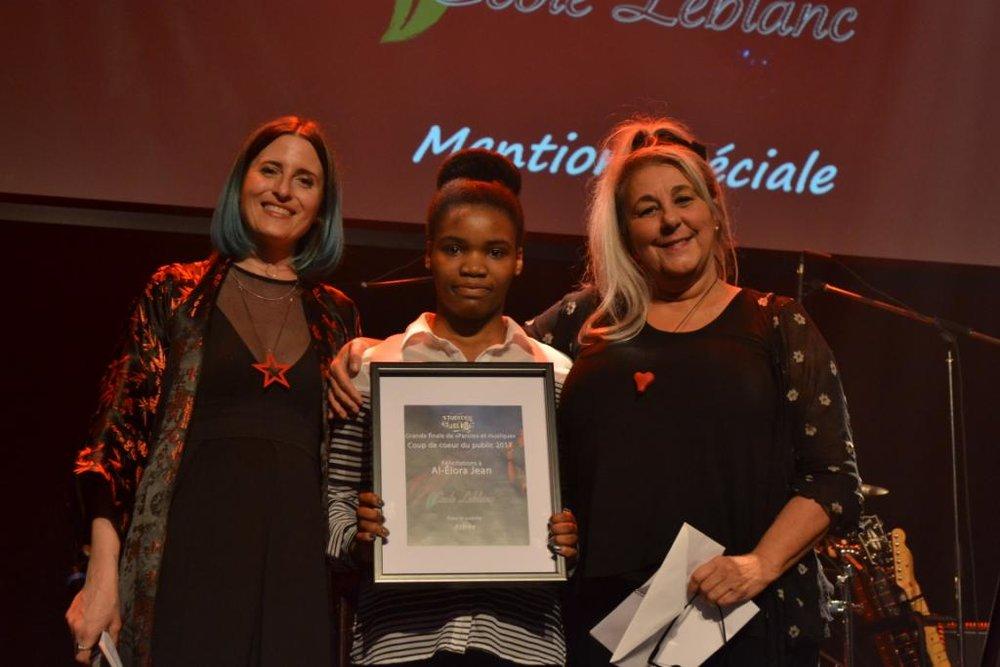 Al-Élora Jean, auteure du texte Astrée, prix remis par France Dussault, enseignante à l'école Leblanc