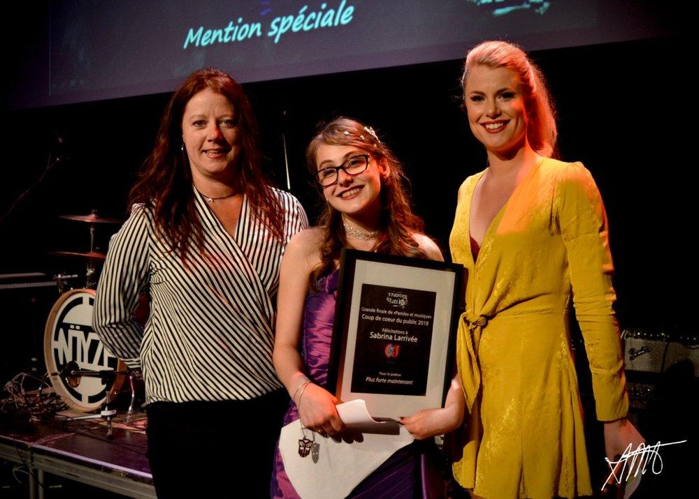 Sabrina Larrivée, auteure du texte Plus forte maintenant. Prix remis par Julie Lepage, enseignante de français à l'école Cap Jeunesse