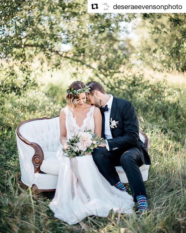 Lovebird love on our Blanche loveseat. I mean, come on. It's almost too dreamy 😍. You nailed this shot @deseraeevensonphoto and that bouquet @fern_and_frond 👌
