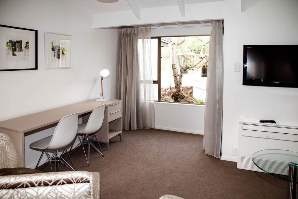 mezzanine - queen lounge