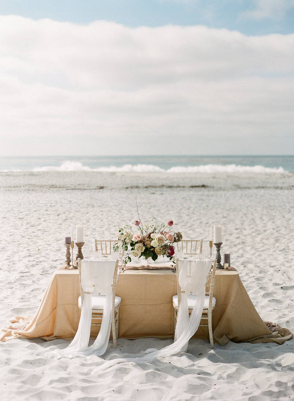 Tablescapes and flower arrangement ideas for beach weddings (Photo: Ashley Noelle Edwards)