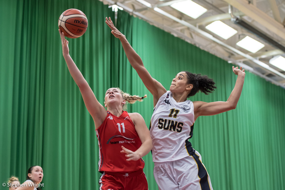 Chantelle Pressley of the Sevenoaks Suns attempts to block Evelyn Ovner of Team Northumbria.