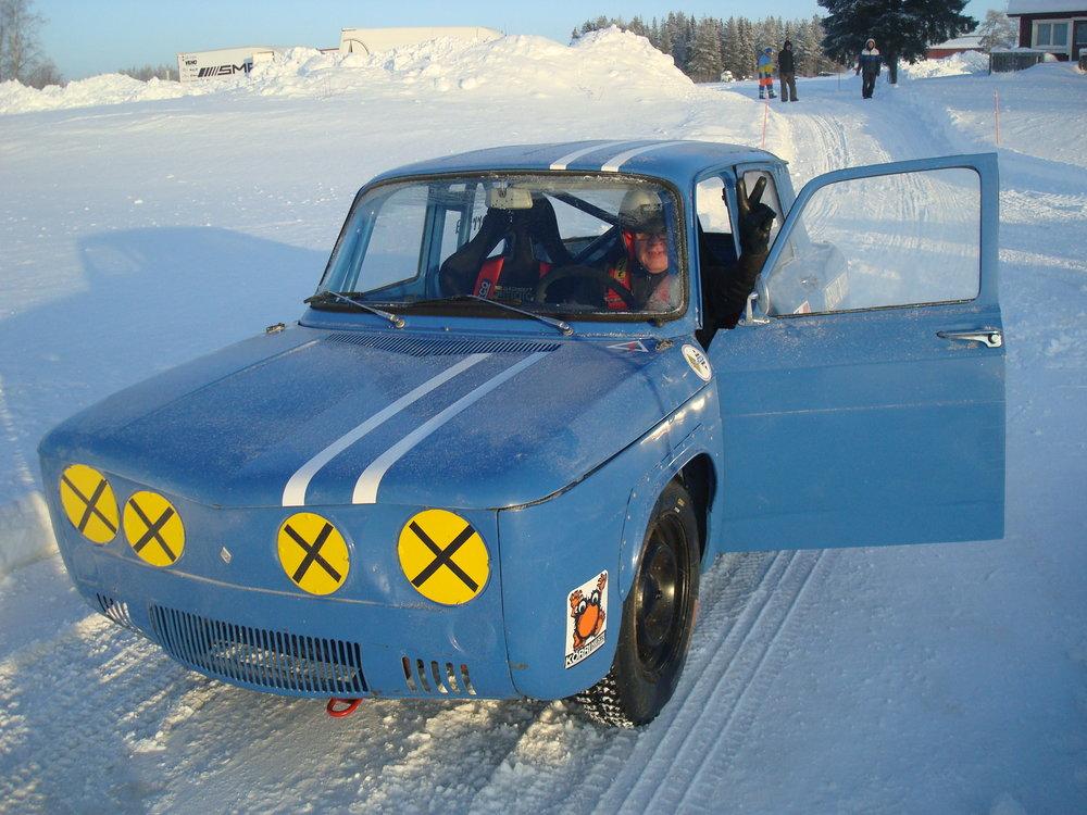 Voiton merkki! Auto käynnissä, nyt korkkaamaan jäärata. Hyvä Heimo!