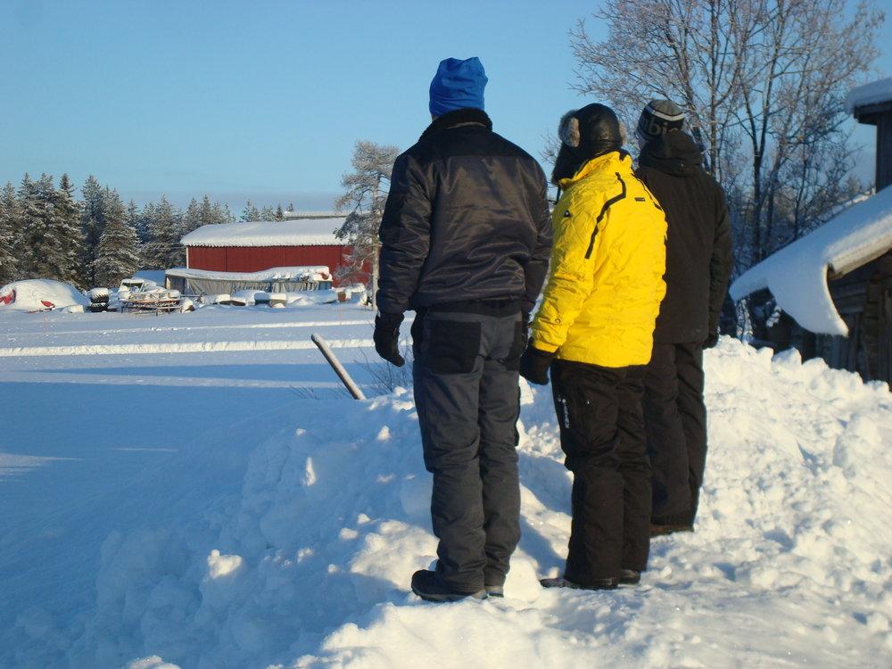 Toinen kuva-arvoitus, mitä pojat katselevat? 1. Olisiko tuossa hyvä hiihtää, 2. Onhan komea rakennus, 3. Jotain muuta, mitä?