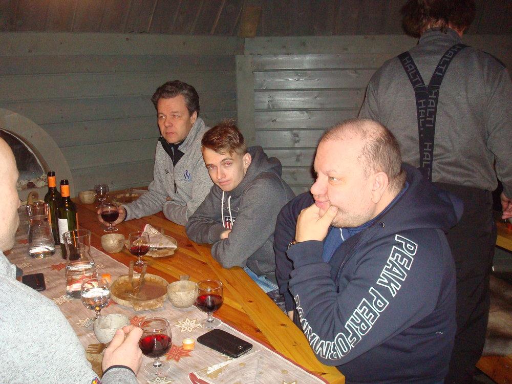Jere Kalliokosken pöydässä arvovaltaisia vieraita, Kim Vatanen...