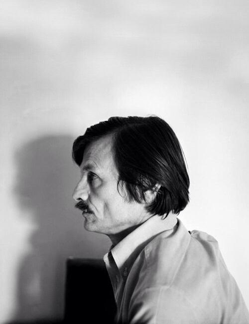 sinematopya :     Sanat, insanoğlunda var olan en güzel şeyleri söyler: Umut, inanç, sevgi, güzellik, dua… Hayal ettiği ve umduğu şeyleri… Sanat nedir? Aşkın ilanı misali, birbirimizle olan bağlarımızın hisleridir. Bir nevi günah çıkarmadır. Yaşamın gerçek anlamını yansıtan bilinçdışı bir harekettir: Aşk ve fedakarlıktır.   Andrei Tarkovsky