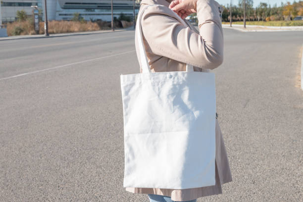 woman-holding-white-canvas-bag-picture-id1057009606.jpg