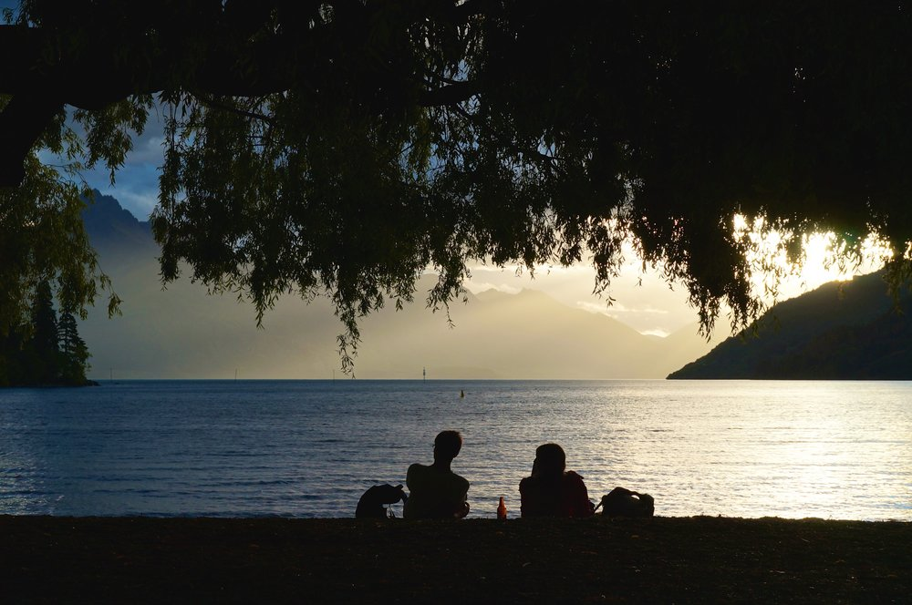 Queenstown is one of the most vibrant citiesin the world. Every afternoon you can see young couples and flocks of adventurous backpackers enjoying a beer by the water