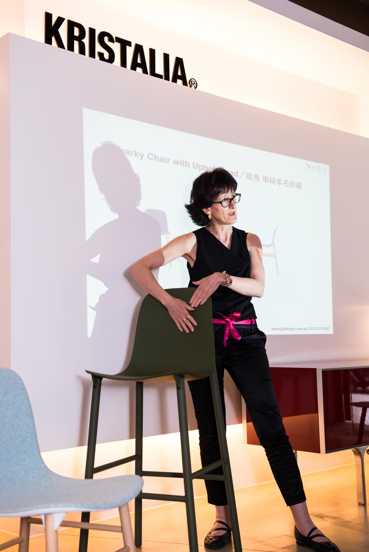 ▲ Kristalia 銷售總監 Marilisa介紹 Sharky Stool 鯊魚高腳椅