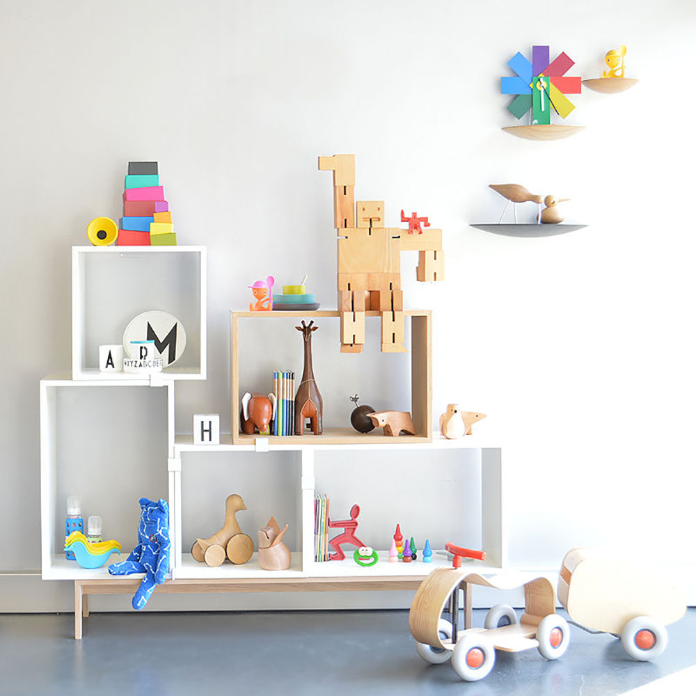 73604149336-muuto_stacked_shelving_system_kids_crows_nest_showroom_800.jpg