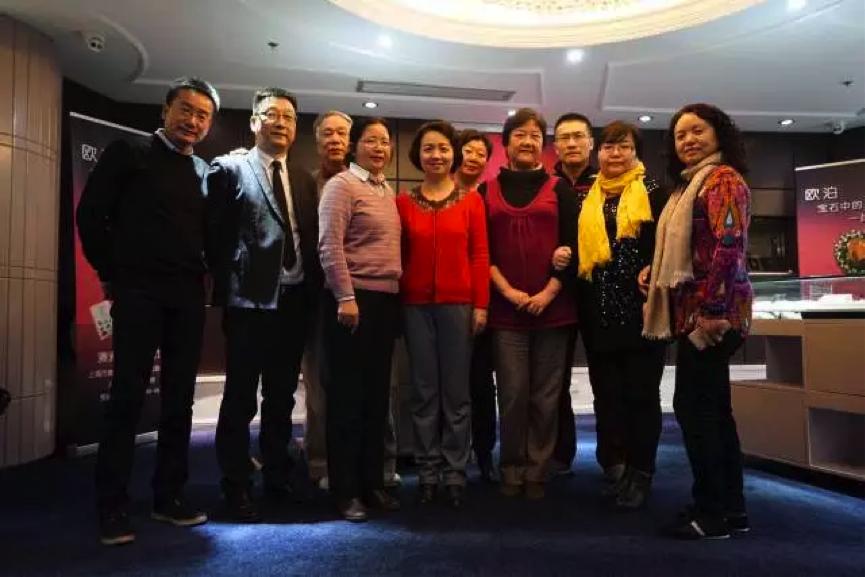 82届同学和数学周维华老师 (左三)