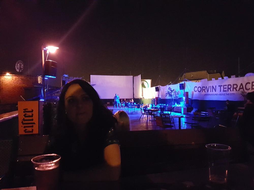 Laura en la terraza del Corvin