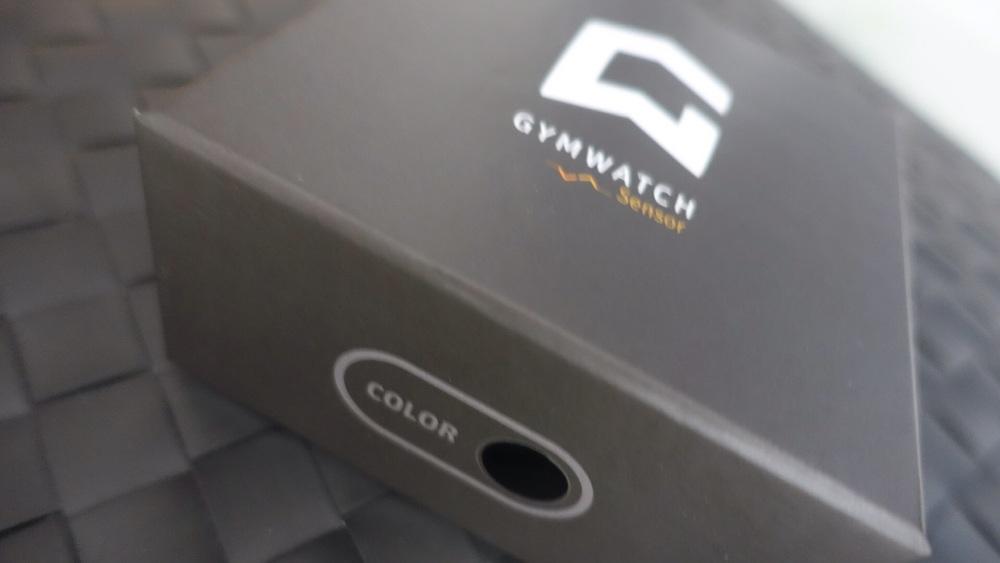 """Die Verpackung des Fitness-Sensors """"GymWatch"""" - Frontansicht"""