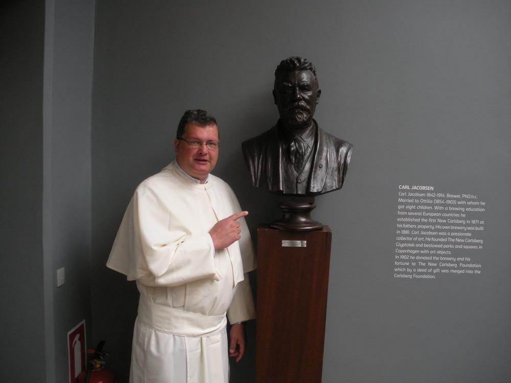 Kopenhaegen - Carlsberg confrater Karel bij het borstbeeld van Carl Jacobson - stichter van de brouwerij Carlsberg.JPG