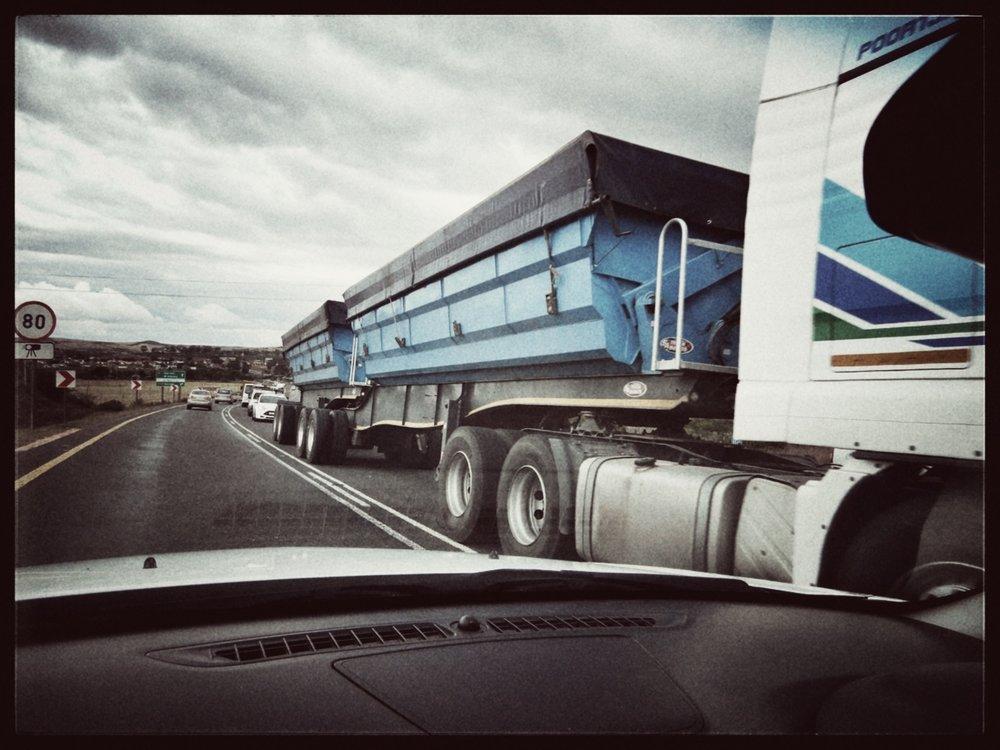 Een zogenaamde long truck, 27 meter lang...