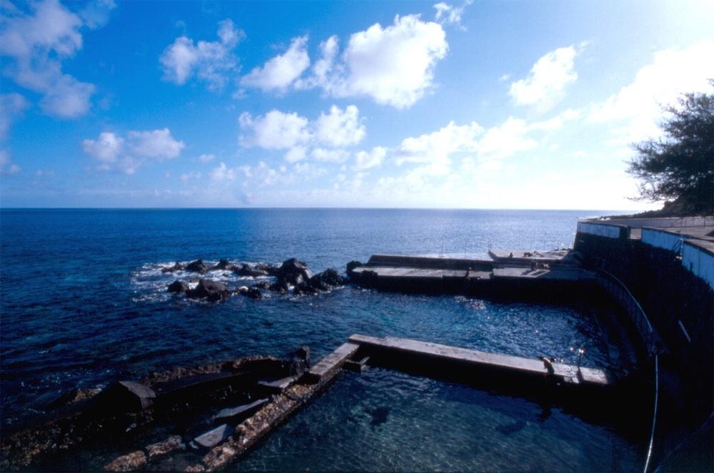 Piscina natural frente a las Termas ©Turismo Açores