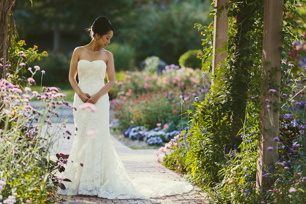 wedding picture poses to showcase wedding dress