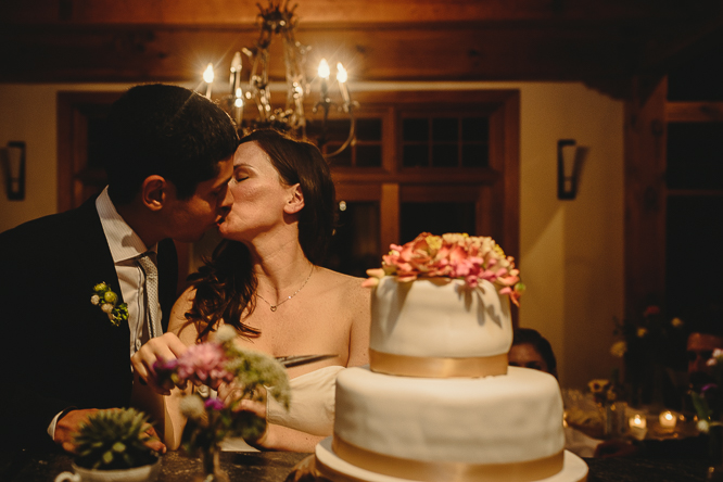 cake cutting wedding photos