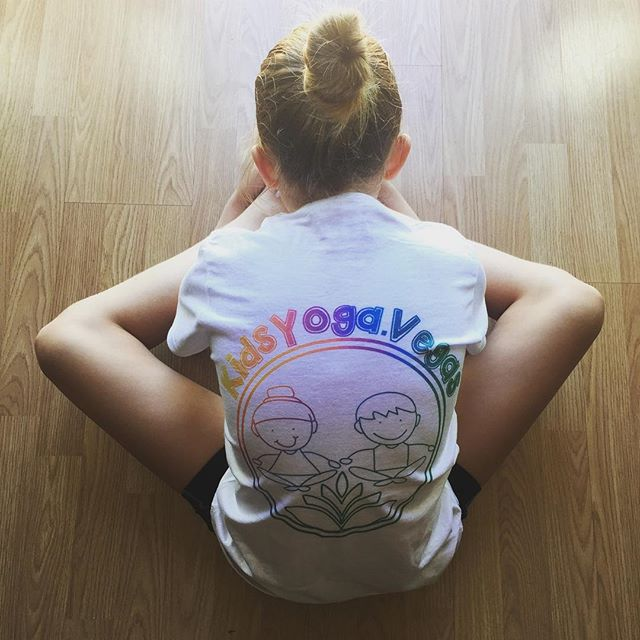 She's ROCKIN' that top! 💫🌟 #kidsyoga #happinessis #ashtanga #vegas
