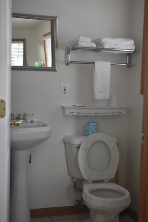Lucky Horseshoe Cabin #21 - Interior Bathroom.JPG