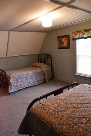 ucky Horseshoe Cottage #16 - Interior Bedroom with Twin Beds.JPG