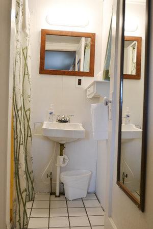 Lucky+Horseshoe+Room+#28+-+Interior+Bathroom.jpeg