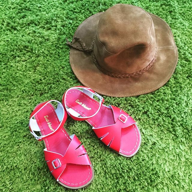 Be ready for summer with these classic original Saltwaters and leather Minnetonka festival hat.  #redsaltwaters #saltwaters #saltys #minnetonka #localfirst #lehimain #festivalfashion #coachellawear #musicfestival