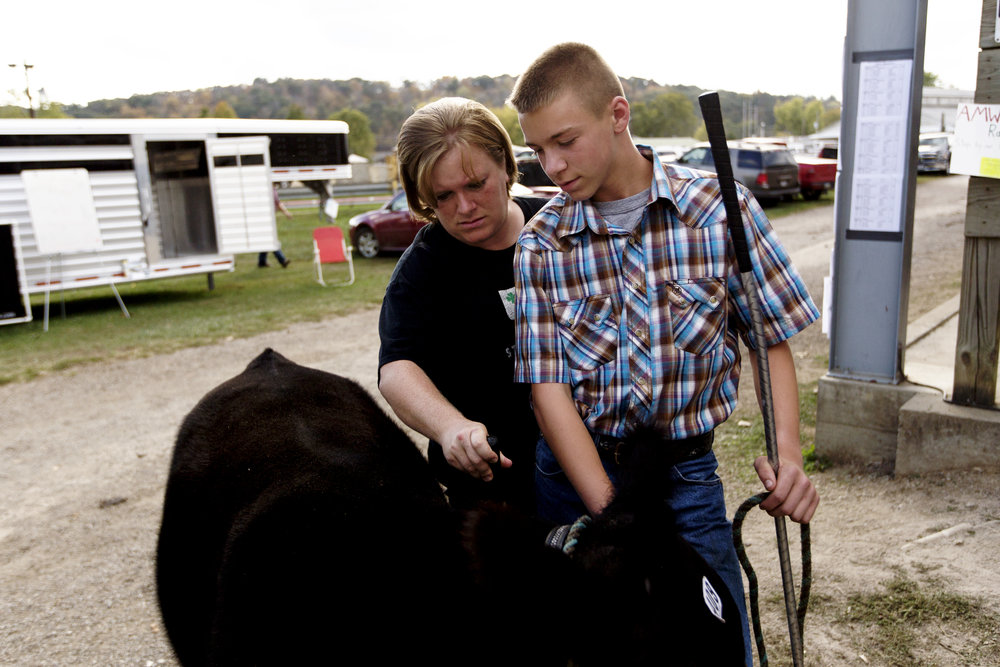 Braden and his mother Sheila look over the steer one last time before showing it for market.