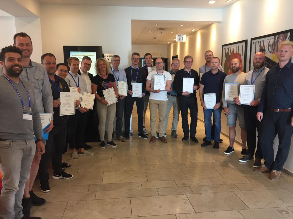 Deltagerne fra den første IPP-leder uddannelse, fra Byggeriets Ledelsescenter, med deres diplomer.